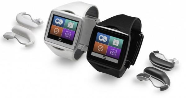 Die Qualcomm Toq in schwarz und weiß samt passenden Bluetooth-Headsets. (Bild: Qualcomm)