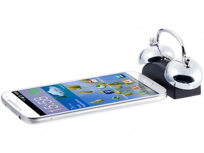 Du schließt dein Smartphone via Dock-Connector an den mechanischen Wecker an. Mittels der App iBell-Clock legst du die genaue Weckzeit fest.