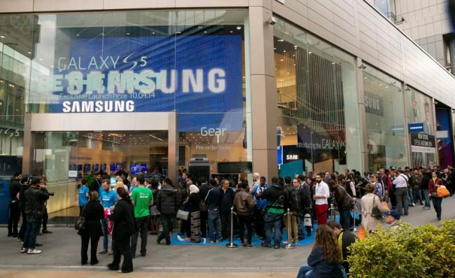 Ähnlich wie bei den iPhone-Veröffentlichungen, stehen die Kunden auch für das Galaxy S5 Schlange.