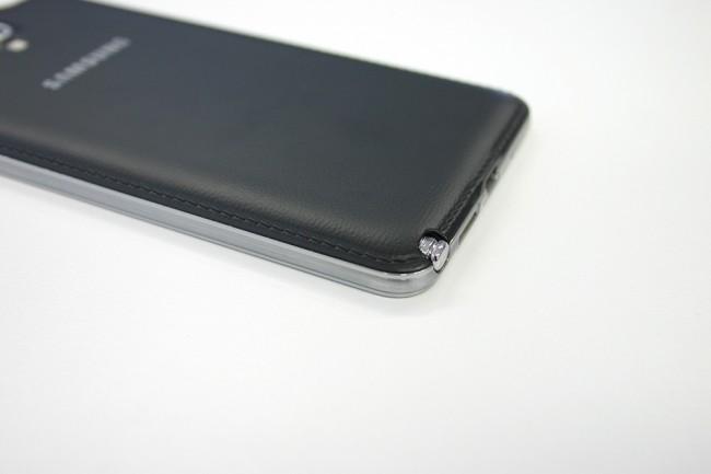 Der Kunststoffrücken in Leder-Optik mit Sichtnaht ist Geschmackssache. Mit an Bord natürlich der S-Pen.