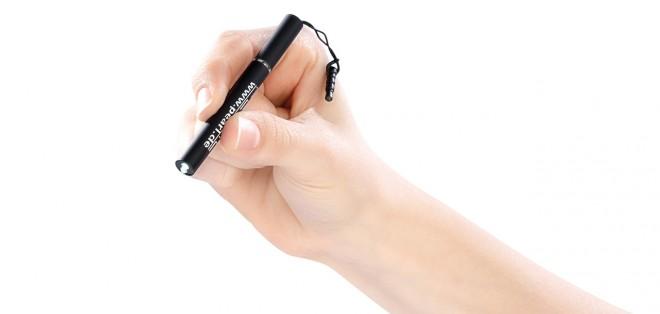 Der Stift misst nur 80 x 8 mm und liegt somit bequem in der Hand (Foto: Pearl)