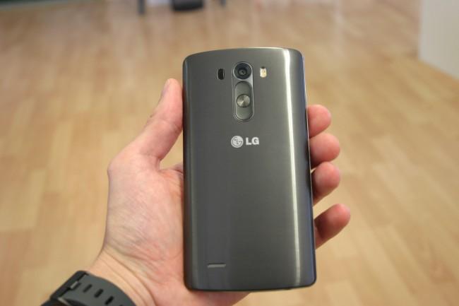 Die Rückseite sieht zwar aus wie Metall, ist aber aus Kunststoff - das spart Gewicht und ermöglicht drahtloses laden (mittels Qi-kompatibler Ladestationen).