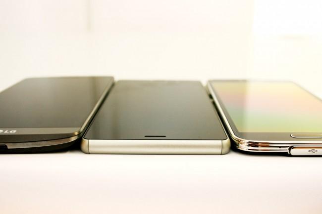 Das Xperia Z3 misst nur  7,3 mm in der Dicke - das ist beinahe 1 mm weniger als sein Vorgänger. Konkurrenzprodukte wie das LG G3 (links im Bild ) oder das Samsung Galaxy Note S5 (rechts im Bild) wirken in dieser Ansicht neben dem Xperia Z3 beinahe klobig - obwohl sie mit 8,1 bzw. 8,9 mm objektiv gesehen kaum dicker sind.