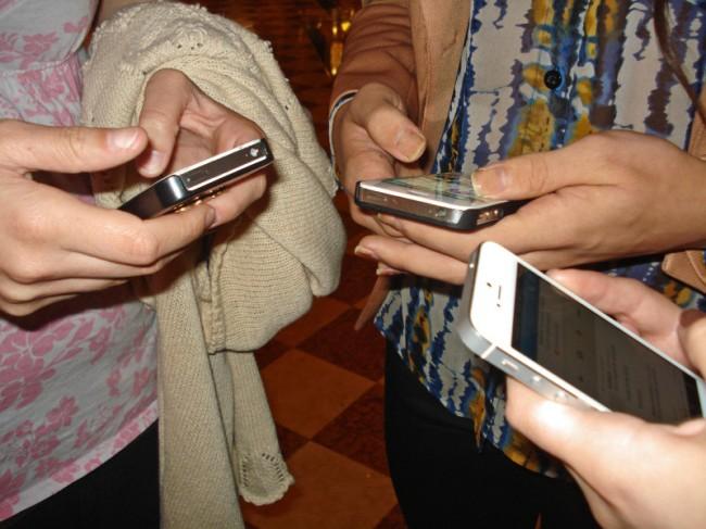 Auf dem Bildschirm von Smartphones befinden sich Krankheitserreger in nicht erschreckender, aber doch unter Umständen gesundheitsgefährdender Zahl. Wichtig ist es daher, das Gerät regelmäßig zu reinigen. (Foto: Jessica Gale)