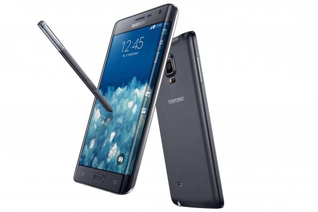 Der Bildschirm des Samsung-Smartphones Galaxy Note Edge bedeckt nicht nur die Vorderseite, sondern auch die rechte Seitenkante. Dadurch ist es möglich, Benachrichtigungen selbst dann abzulesen, wenn das Cover einer Schutzhülle geschlossen ist. (Foto: Samsung)