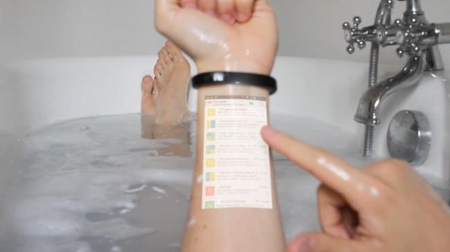 Das Cicret Bracelet projiziert seine Android-Bedienungsoberfläche auf deinen Unterarm und erkennt mit Hilfe von Näherungssensoren, welche Stellen der Oberfläche du antippst.  (Foto: Cicret)
