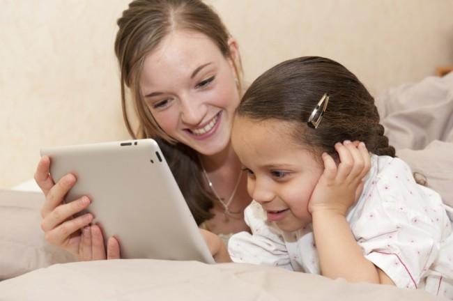 Erst ab dem Alter von drei Jahren sollten Kinder Smartphones und Tablets in die Hände bekommen. (Foto: Schau hin)