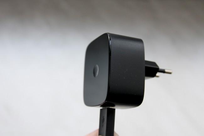 Mit dem mitgelieferten Schnelllade-Netz-adapter kann das Nexus 6 nach nur 15 Minuten etwa sechs Stunden genutzt werden.