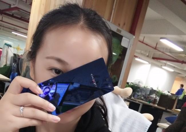Auffällig beim neuen Smartphone Oppo R1C ist die spiegelnde Glasrückseite des blauen Gehäuses. (Foto: MyDrivers.com)