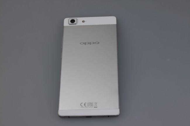Das Oppo R5 steckt in einem Metall-Gehäuse das nicht nur gut aussieht, sondern auch gut in der Hand liegt.