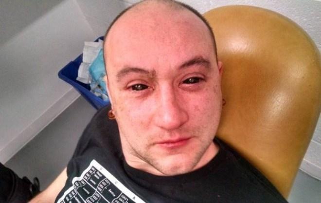 Gruselig: Forscher Gabriel Licina mit seinen schwarzen Kontaktlinsen. (Bild: Gabriel Licina/Science for the Masses)