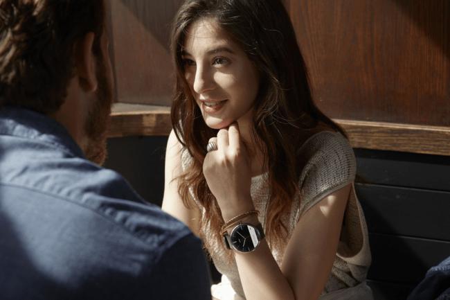 Obwohl sie eine Moto-360-Smartwatch am Handgelenk trägt, befindet sich in der Handtasche dieser jungen Frau nicht unbedingt ein Android-Smartphone. Denn auch die Benachrichtigungen der diversen iPhone-Modelle wird die Uhr bald anzeigen können. (Foto: Motorola)