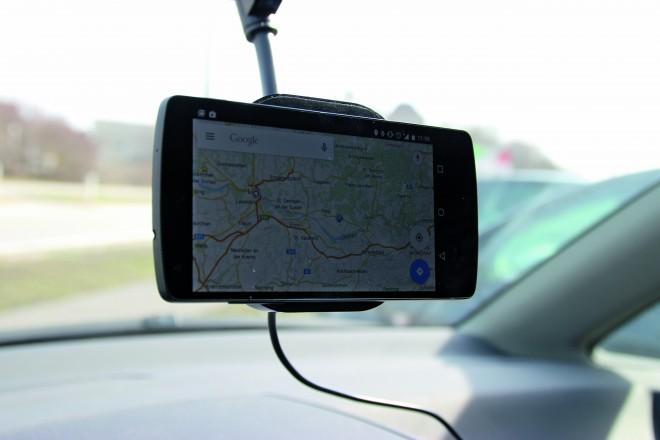 Nexus-Smartphones haften dank ihrer glatten Rückseiten sehr gut. Bei Geräten mit unebener Rückseite hilft der beigelegte Magnet-Sticker.