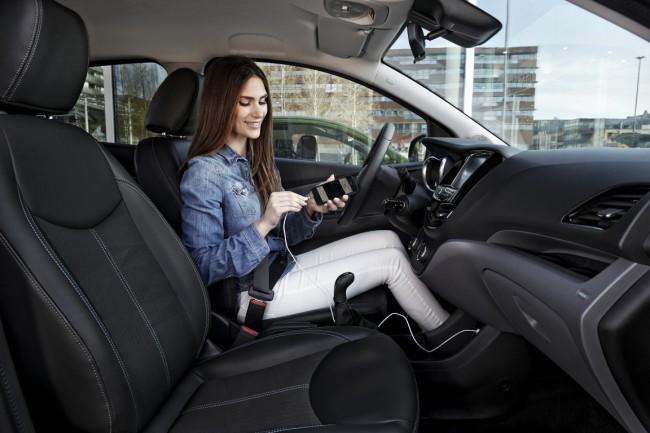 Ab September beginnt Opel damit, seine Fahrzeuge mit Kompatibilität zu Android Auto und zu CarPlay auszustatten, um es zu ermöglichen, Smartphones komfortabel an den Bordcomputer anzubinden. (Foto: © GM Company)