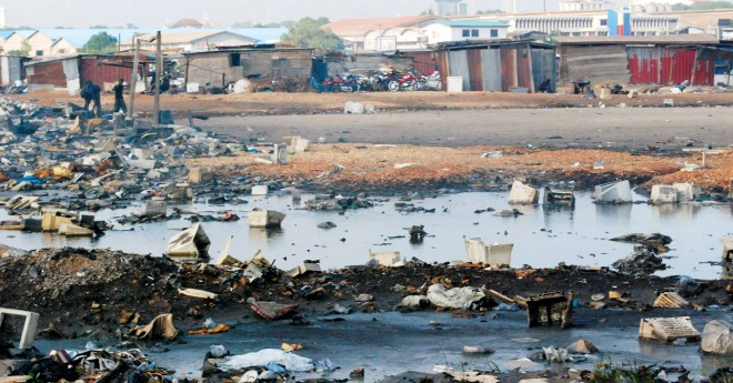 Giftstoffe aus den defekten Geräten sickern ungehindert ins Grundwasser.