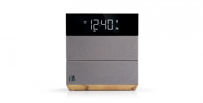 Die dezente LCD-Anzeige informiert Sie über Uhrzeit, etwaig aktive Wecker und ob eine Bluetooth-Verbindung besteht.