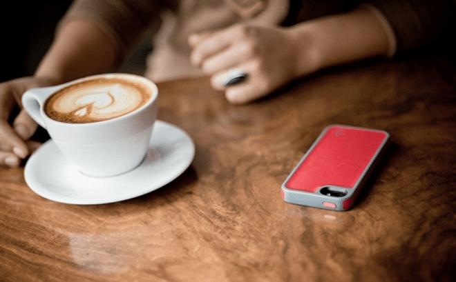 Die Empfänger gibt es unter anderem als Hüllen, sollen aber in Zukunft direkt in Mobilgeräte integriert werden. (Bild: ENERGOUS)