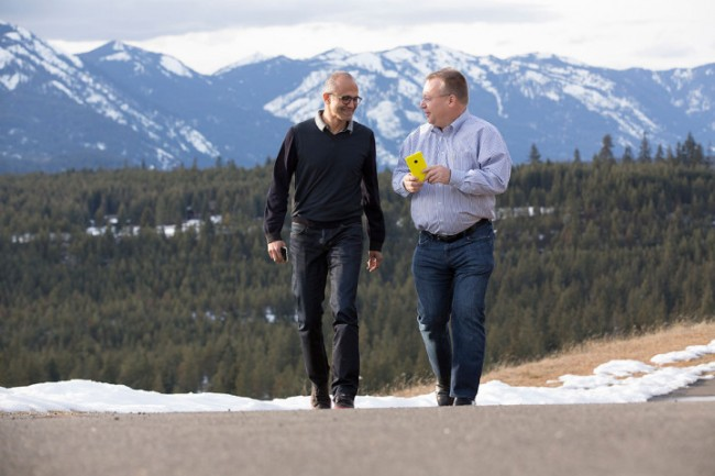 Ein Bild aus optimistischeren Tagen (2014): Der Microsoft-Geschäftsführer Satya Nadella und der Manager Stephen Elop, der im Laufe seiner Karriere von Microsoft zu Nokia und wieder zurück zu Microsoft wechselte. Elop war 2011 verantwortlich für die Entscheidung, die Nokia-Smartphones statt mit dem eigenen Betriebssystem Symbian in Zukunft mit Windows Phone von Microsoft auszuliefern. (Foto: Microsoft)
