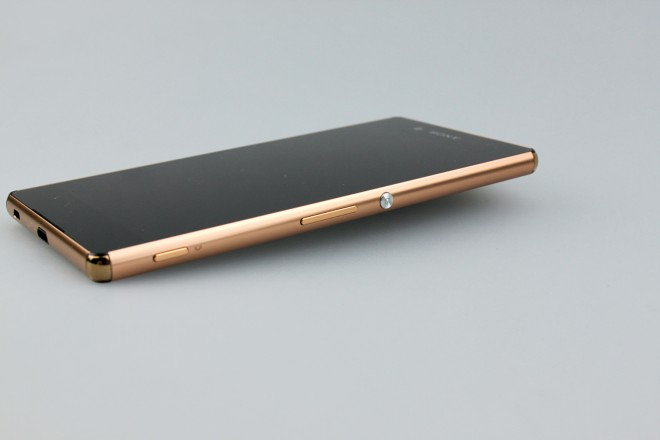 Im Vergleich zum Vorgänger erreicht das Plus-Modell noch bessere Modelmaße: 144 Gramm leicht, 6,9 Millimeter dünn.