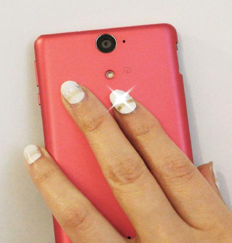 """Hierauf haben Sie wahrscheinlich schon ungeduldig gewartet: Die künstlichen Fingernägel """"Lumi Deco Nail"""", deren Leuchtdiode strahlt, wenn sich ein NFC-Gerät in der Nähe befindet."""