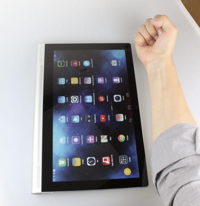 Wenn's arm-long sein darf, ist das große Yoga-Tablet das Richtige. Man sieht hier aber auch die breiten Randbereiche.