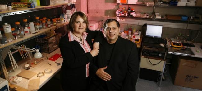 Die Professoren Mihri Ozkan und Cengiz Ozkan haben an der University of California zusammen mit drei ihrer Studenten eine neue Anode für Lithium-Ionen-Akkus entwickelt, die umweltfreundlicher und leistungsfähiger ist als herkömmliche Anoden aus Graphit. (Foto: University of California)