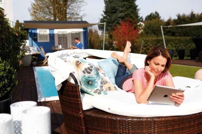 Durch die richtige Position kannst du auch im Garten im Netz surfen. (Foto: devolo)