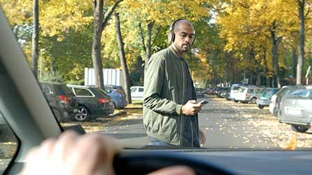 57 Prozent der Smartphone-Besitzer verwenden ihr Mobiltelefon zumindest gelegentlich an Ampeln, Zebrastreifen oder beim sonstigen Überqueren der Straße. (Foto: Ford)