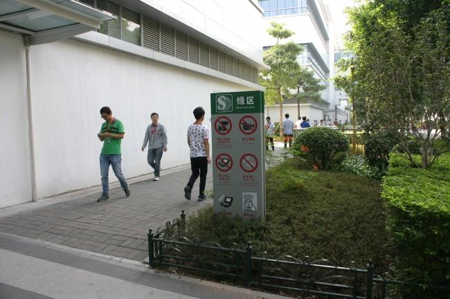 Sicherheitsbestimmungen: In der Fabrik sind Speichermedien und Foto-Handys für Betriebsfremde verboten.