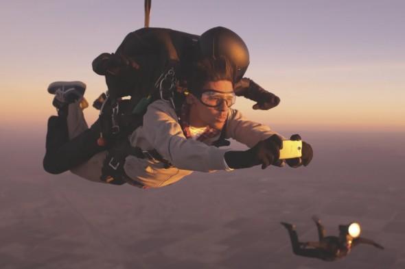 Fallschirmspringen in der Dämmerung mit dem HTC One.