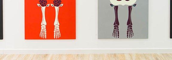 Knochen_in_der_Orthopädie_Ausstellung_Anna_Szermanski_Die_Familie_Orthopädie_Praxis_Dr._Bloch_Düsseldorf_Skelette_Farben_Polen_Folklore_header