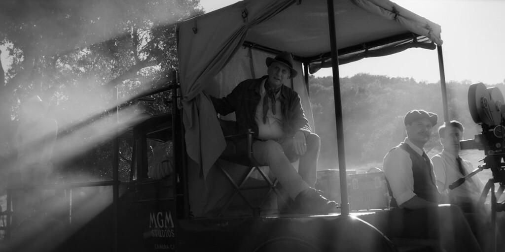 Charles Dance in Mank, film Netflix di David Fincher sullo sceneggiatore di Quarto Potere