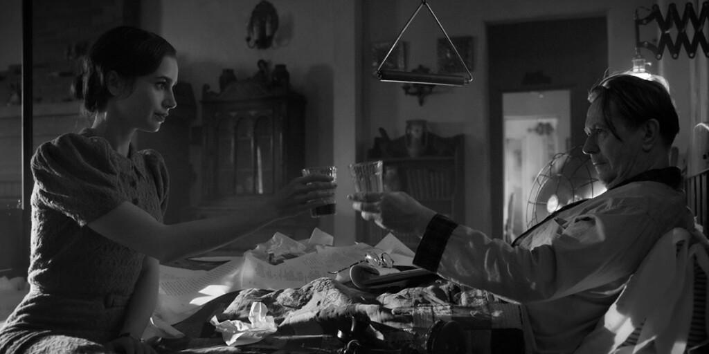 Lily Collins e Gary Oldman in Mank, film Netflix di David Fincher sullo sceneggiatore di Quarto Potere