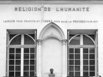 Auguste Comte, grand esprit de son temps, le fondateur du positivisme, a construit une des plus grandes philosophies systématiques du XIXè siècle.    Sa philosophie positive se compose : - d'une philosophie des sciences qui réordonne toute l'encyclopédie et y ajoute la sociologie, - d'une philosophie politique et sociale qui veut réorganiser la société en France, en Occident et dans le monde.     La rencontre d'Auguste Comte et de Clotilde de Vaux eu lieu en 1845, elle mourut un an plus tard (rue Payenne, sa maison a été transformée en Chapelle positiviste voir la photo).   C'est sous son influence et en son souvenir qu'Auguste Comte a imaginé une religion dont le culte est l'Humanité elle-même. Une évolution étrange qui a abouti à la représentation de Clotilde de Vaux en Vierge Marie dans les chapelles de l'Humanité.                                  Auguste Comte (philosophe, 1798- 1857),   www.augustecomte.org/</a