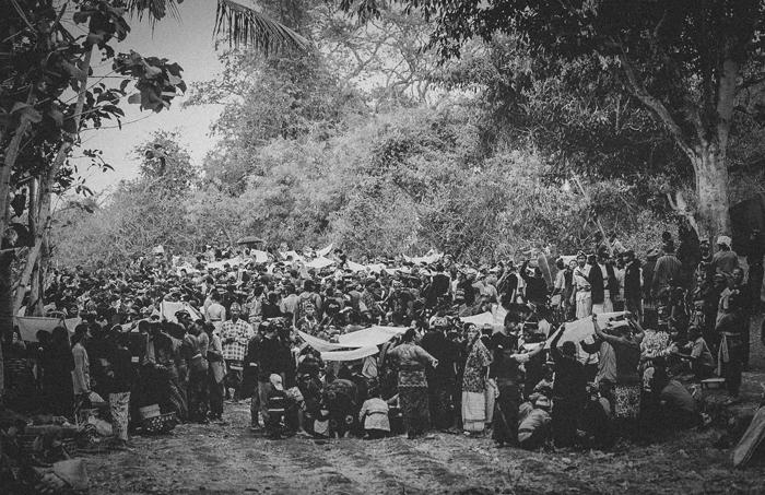 Apel Photography - Street Photography - Journalist Photographers - Bali Masive Cremationan Ceremony - Ngaben di Nusa Penida - Bali Monochrome Photographers (3)