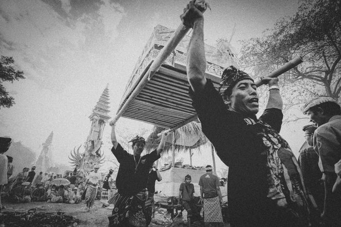 Apel Photography - Street Photography - Journalist Photographers - Bali Masive Cremationan Ceremony - Ngaben di Nusa Penida - Bali Monochrome Photographers (53)