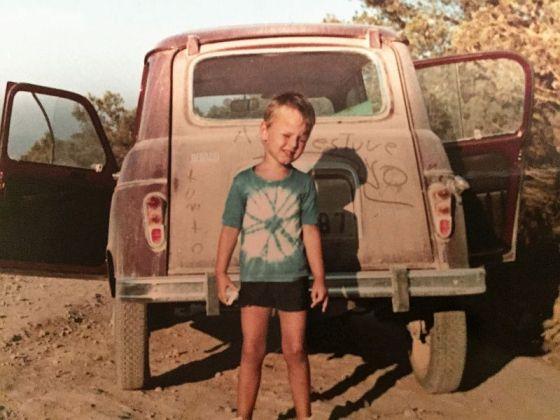 Kindheitserinnerungen werden mit der App Fotoscanner ins digitale Zeitalter übertragen. (Das Bild zeigt mich 1968 vor unserem Renault R4 auf Ibiza. Das Batik-T-Shirt war damals extrem in Mode...