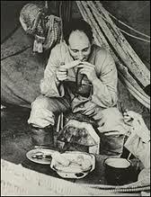 كلود ليفي ستروس في أحد رحلاته الميدانية