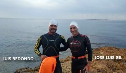 Luis Redondo y José Luis Gil, momentos antes de comenzar la travesía Desafío Tabarca Extreme de 21 km en 2018. Al fondo, la isla de Tabarca.