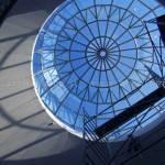 Vista dal basso della parte interna della cupola di vetro