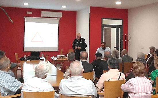Los mayores reciben una charla preventiva sobre timos y estafas