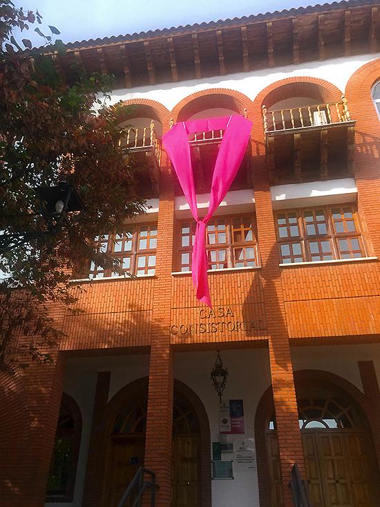 El solidario lazo rosa contra el cáncer de mama vuelve a lucir en el corazón de Argamasilla de Calatrava