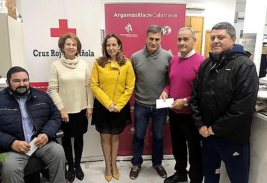 Los Veteranos del Calatrava hacen entrega de 500 euros a la delegada local de Cruz Roja Española