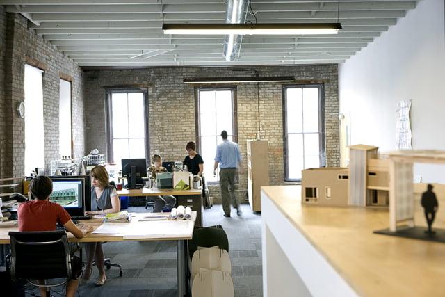 Oficinas modernas creativas y peque as arkiplus - Arquitectos famosos actuales ...
