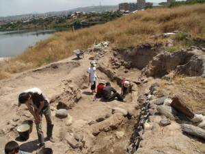 Figure 4 USReturn Excavating 300x225 U.S. Archaeologists Return to Shengavit Preserve