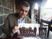 Ara Sarafian in Diyarbakir holding a photograph from the genocide (Photo by Gulisor Akkum, The Armenian Weekly)