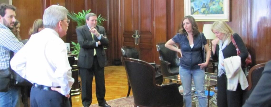 Lola Aragón y su madre con autoridades del Banco de la Nación