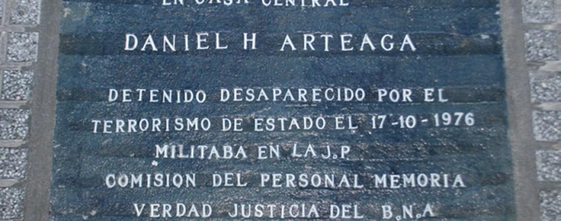 Marca de memoria. Baldosa en la Casa Central del Banco de la Nación Argntina