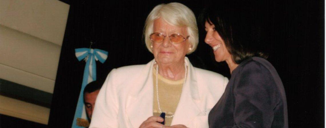 Madre de Alfredo recibe la medalla en el BNA