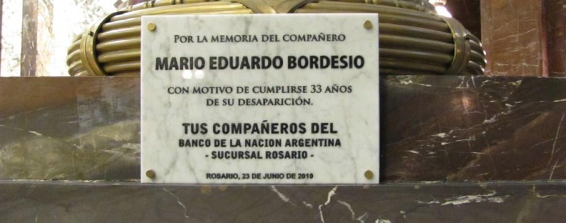 Placa de sus compañeros de la Sucursal Rosario del BNA